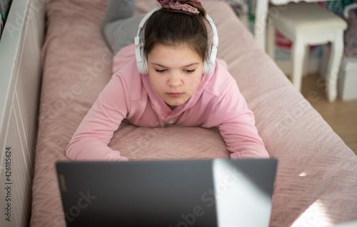 Obraz dziewczynka uczy się w swoim pokoju podczas nauki zdalnej - fototapety do salonu