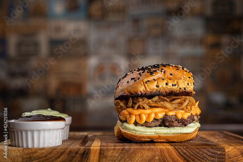 Fotografía Hambúrguer de carne com creme de queijo tipo cheddar e crispy de cebola