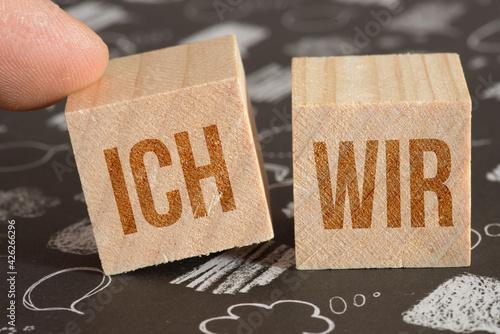 Fotografie, Obraz Zwei Würfel mit Worten Ich und Wir