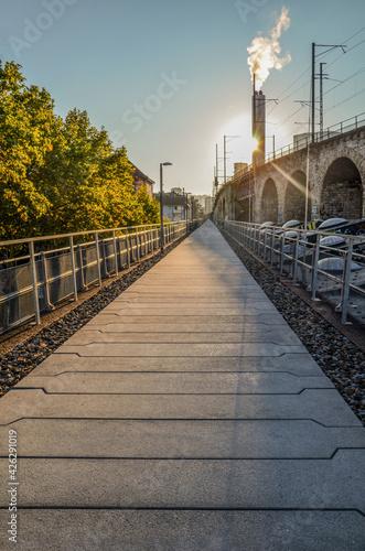 Alte Bahntrasse neben Viaduktbögen in Zürich Fototapet
