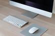 Schreibtisch mit Bildschirm Tastatur und Maus