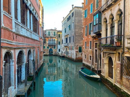 Fototapety, obrazy: Small canal street in Venice, Italy