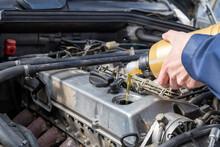 Öl Befüllen In Ein 6 Zylinder Reihenmotor, Pflege Eines Oldtimers. Wartung Des Motors, Ölwechsel.