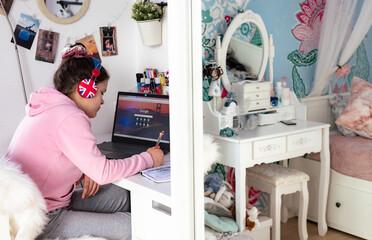 dziecko, uczeń przy biurku podczas zdalnej nauki przez internet