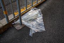 道路に捨てられた壊れたビニール傘