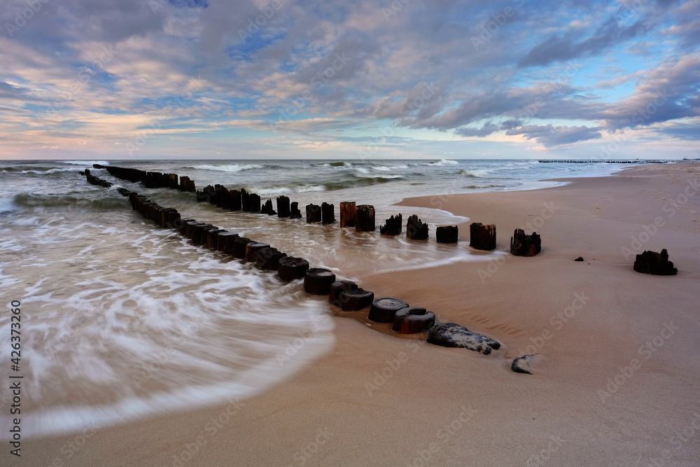Fototapeta Morze Bałtyckie, falochron,  plaża w Dźwirzynie, Polska.