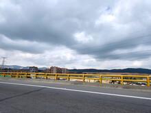 Ciudad Bajo Un Puente, Una Línea Eléctrica Y Un Dramático Cielo Nublado