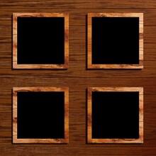 Vier Quadratische Bilderrahmen Vor Einem Holzhintergrund
