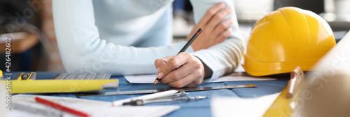 Billede på lærred Designer builder hands draw drawing on table.