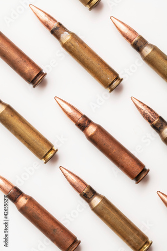 Billede på lærred A group of bullet ammunition shells on a white background