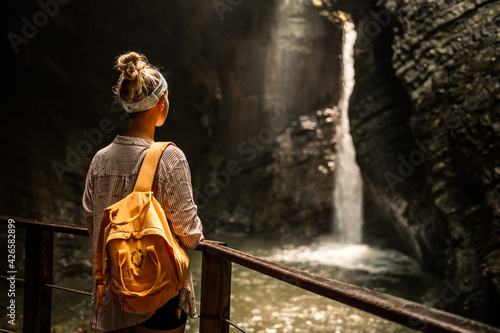 Canvas Print Woman standing at the edge and looking at wonderful scenery