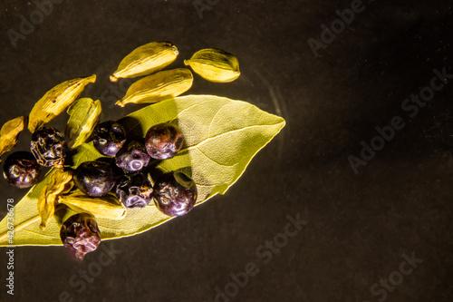 Fototapeta Martwa natura. Kardamon, pieprz i liść laurowy. obraz