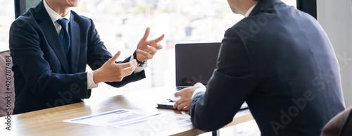 Foto 会議、打合せをする若い日本人ビジネスマン