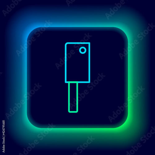 Photo Glowing neon line Meat chopper icon isolated on black background