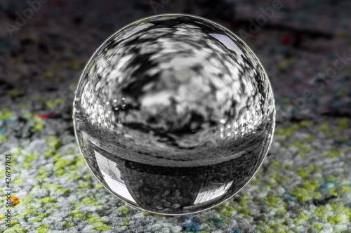 Naklejka premium szklana kula na kolorowym tle
