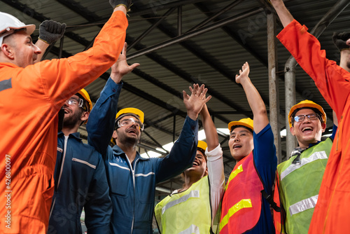 Fotomural Skillful worker celebrate success in the factory