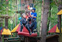 Summer Camp, Tyrolka, Park Linowy, Sport Na świeżym Powietrzu, Młodzież Bawi Się W Parku Wspinaczkowym