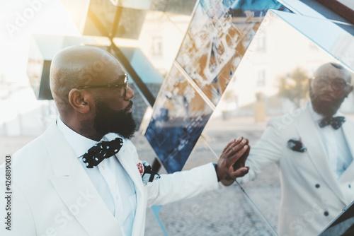 Photo A profile portrait of a dapper handsome bald bearded mature black man in a white