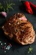 Grillowany stek wołowy z ziarnami pieprzu i ziołami na kamiennej desce