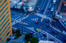 東京、汐留の大きいジャンクションと、そこを走るカラフルな車のミニチュア風写真