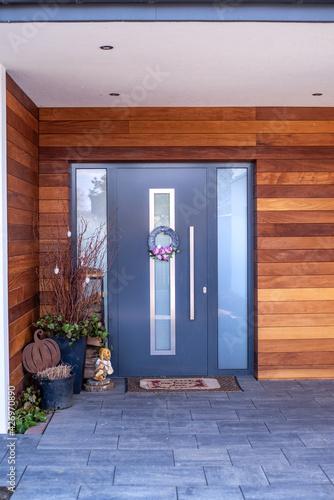Fototapeta Nowoczesne wejście do domu.  Drewno na elewacji domu obraz