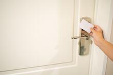 Mano Abriendo Una Puerta De Hotel Con Tarjeta Magnética