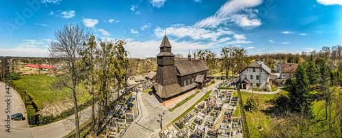 Fototapeta Drewniany zabytkowy kościół na Śląsku w Polsce we wsi Pielgrzymowice obraz