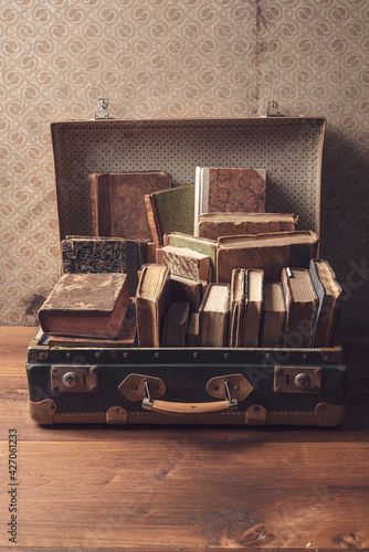 Old suitcase full of vintage books - fototapety na wymiar