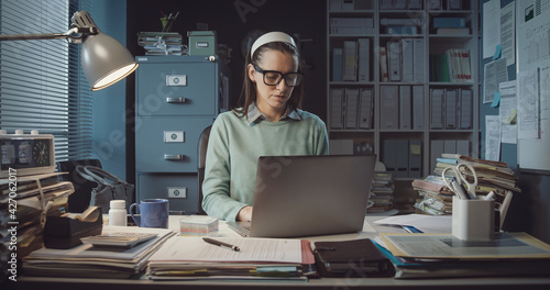 Office worker sitting at desk and typing with a laptop Fototapet