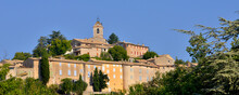 Panoramique Village De Banon (04150) Sur La Colline Entre Les Arbres, Département Des Alpes-de-Haute-Provence En Région Provence-Alpes-Côte-d'Azur, France