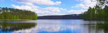 Czyste Jezioro Położone Wśród Zielonych Lasów. Słoneczny, Ciepły Dzień, Gra świateł I Kolorów.