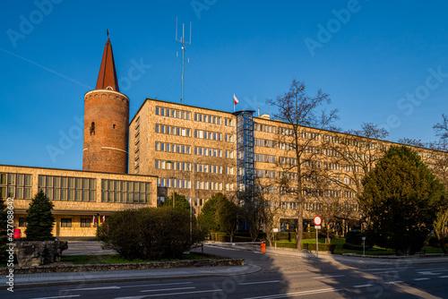 budynek Urzędu Wojewódzkiego w Opolu i Wieża Piastowska w Opolu w pogodny dzień - fototapety na wymiar