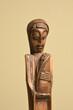 drewniana rzeźba afrykańskiej kobiety z dzieckiem na ręku