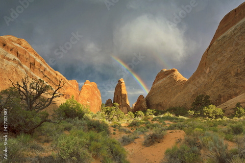 Foto Rainbow over Devil's Garden sandstone rock formations in Arches National Park in
