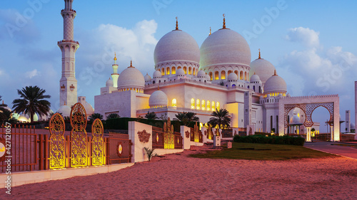 Fototapeta The Sheikh Zayed Grand Mosque is located in Abu Dhabi, the capital city of the United Arab Emirates. obraz