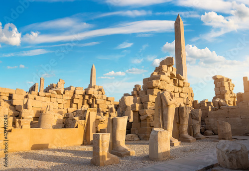 Cuadros en Lienzo Ruins and obelisks