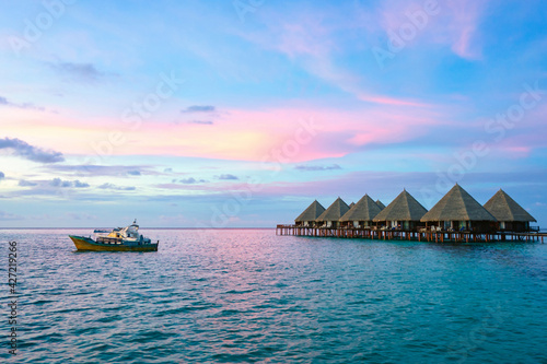 Foto water bungalows and pink sunset on Maldives