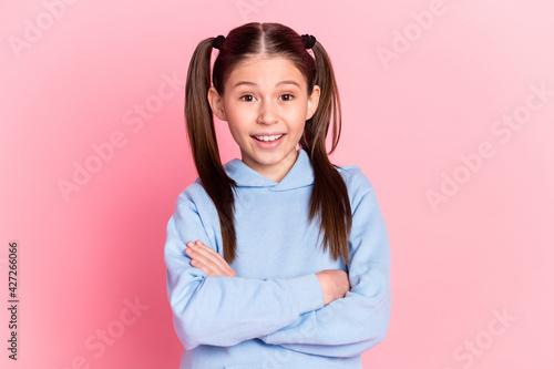 Fotografía Photo portrait of funny schoolgirl smiling with crossed hands wearing blue cloth