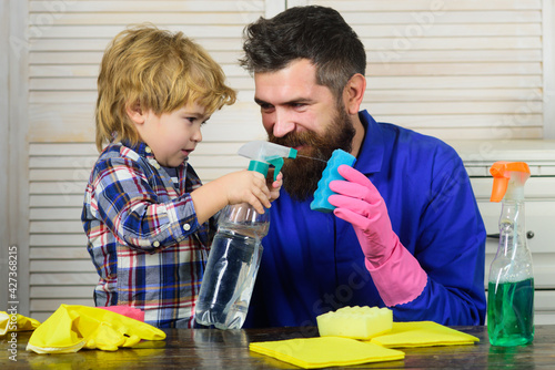 Canvas Print Dad and son with cleaning supplies