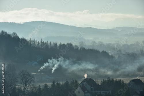 Fototapeta Sezon grzewczy w górskim miasteczku  obraz