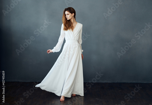 Woman on a gray background in a white dress dance model in full growth Fototapet