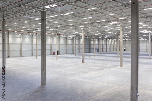 Sicht aus erhöhter Perspektive in neue Industrie-Halle #427423052