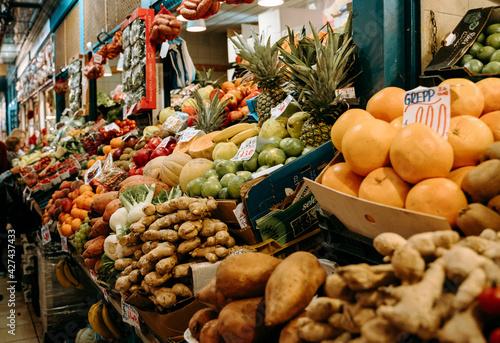 Central Market Hall budapest Najpopularniejszy targ w Budapeszcie  Świeże owoce na targu