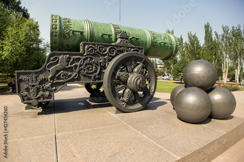 Fotografija Copy of famous historical of Tsar Cannon installed in front of City Hall of Donetsk, Ukraine
