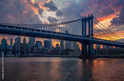 Fototapeta Zachód słońca w Nowym Jorku - Manhattan Bridge, w tle most brookliński obraz