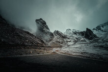 Frei Stehender Camper In Der Berglanschaft Der Alpen Beim übergang Von Herbst In Den Winter