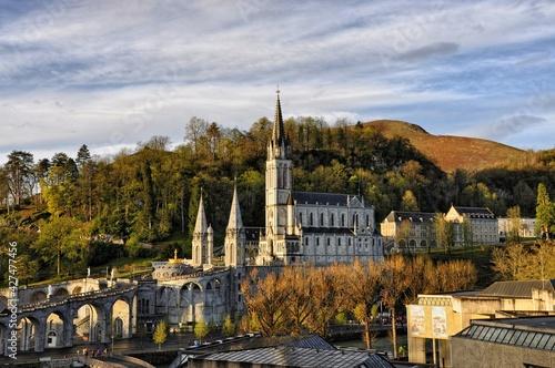 Fotografia Lourdes, pilgrimage center, Basilica, city in France,