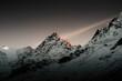 Letztes Sonnelicht auf dem Gipfel der Winter Berge