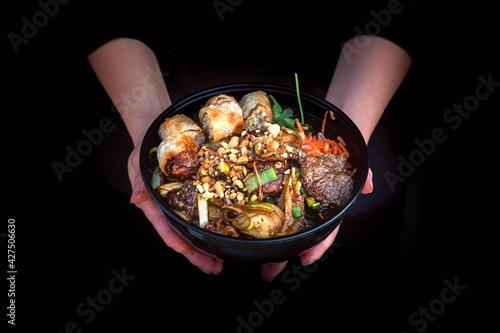 Fotografía Bò bún dans un bol noir dans un restaurant asiatique
