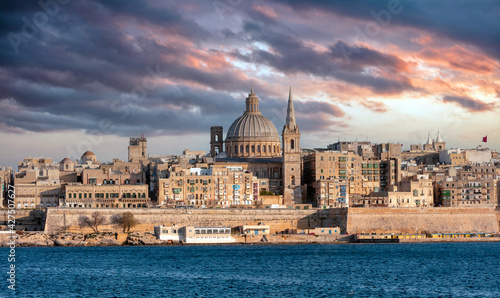 Fotografiet Valletta, Malta, Skyline, the dome of the Carmelite Church and the tower of St P